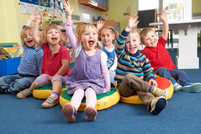 Grupa dzieci, które się zgłaszają