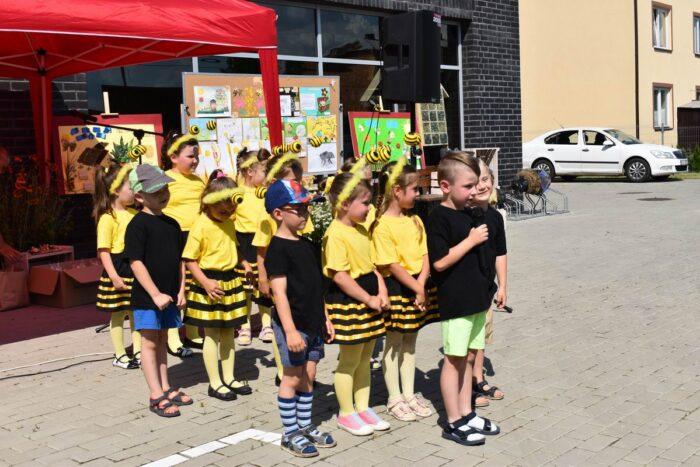 Grupa dzieci pszczoły